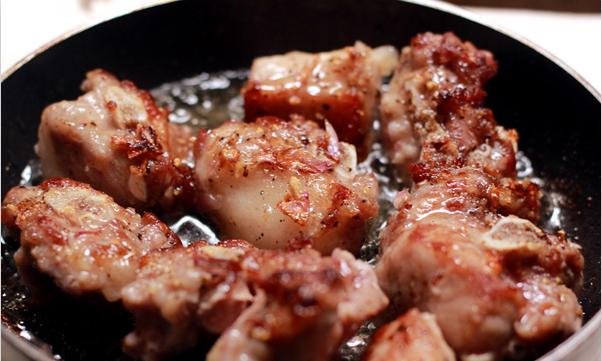 Cách làm món sườn chua ngọt đúng điệu cho bữa cơm ngày thu - Chiên sườn